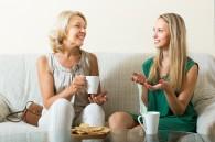 Femmes parlant de la pension alimentaire pour parent