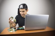 Pirate informatique téléchargeant illégalement.