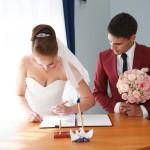 couple signant un contrat de mariage.